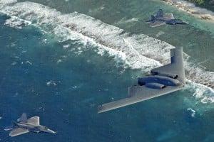 世界で最も高価な爆撃機B-2ステルスと最新鋭F-22ステルス戦闘機ラプター2機