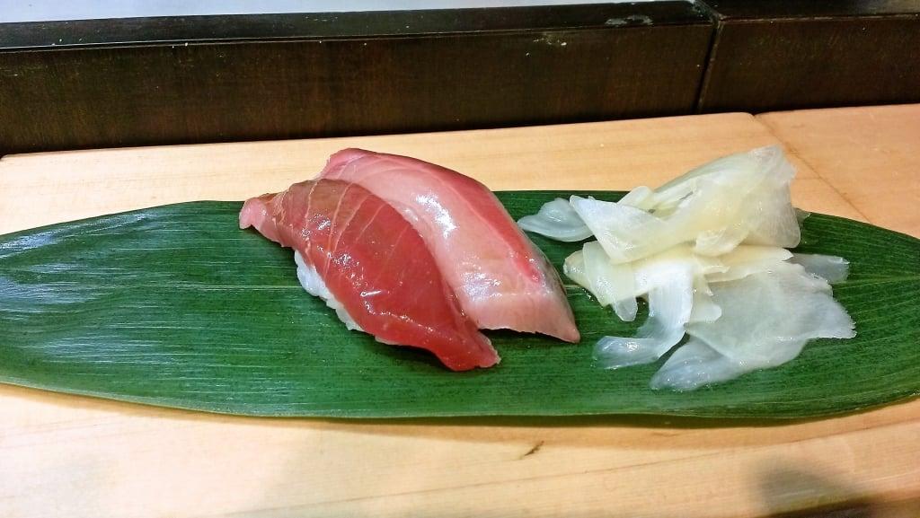 夜でも楽しめる築地の立ち食い寿司 ~ 築地 おかめ